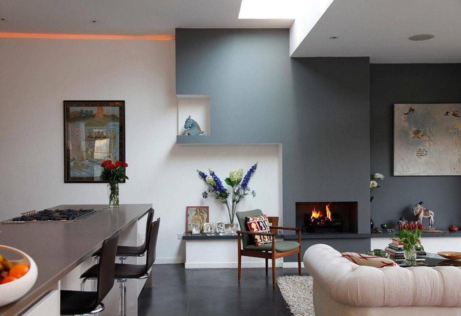 Garniture murale gris et blanc dans la cuisine-salon