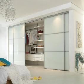 خزانة ملابس بيضاء