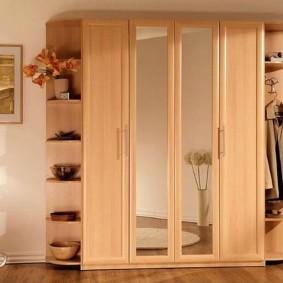 armoire à balançoire dans la conception de photo de couloir