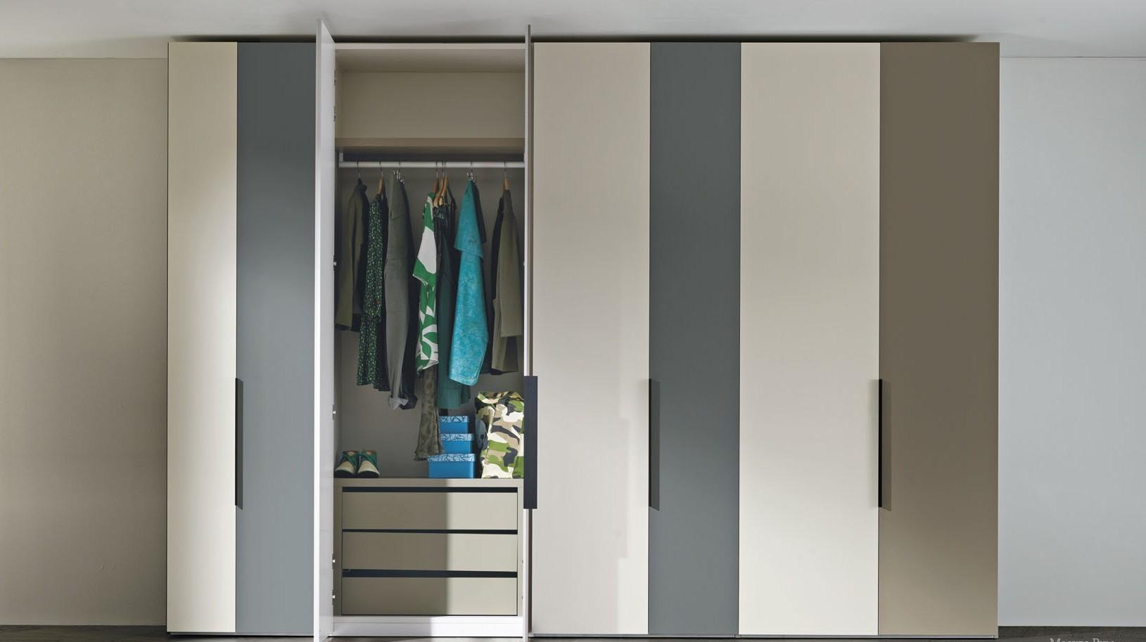 armoire à balançoire dans la conception de couloir