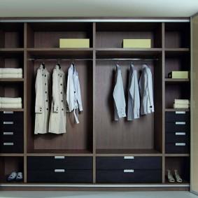 armoire balançoire dans la salle remplissant la photo
