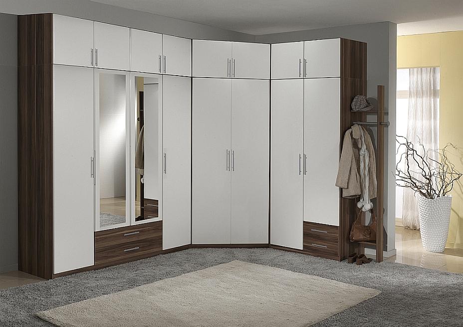 armoire à charnière dans le couloir avec mezzanines
