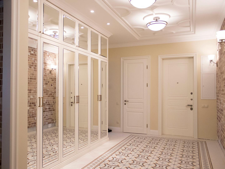 armoire à charnière dans le couloir avec miroirs