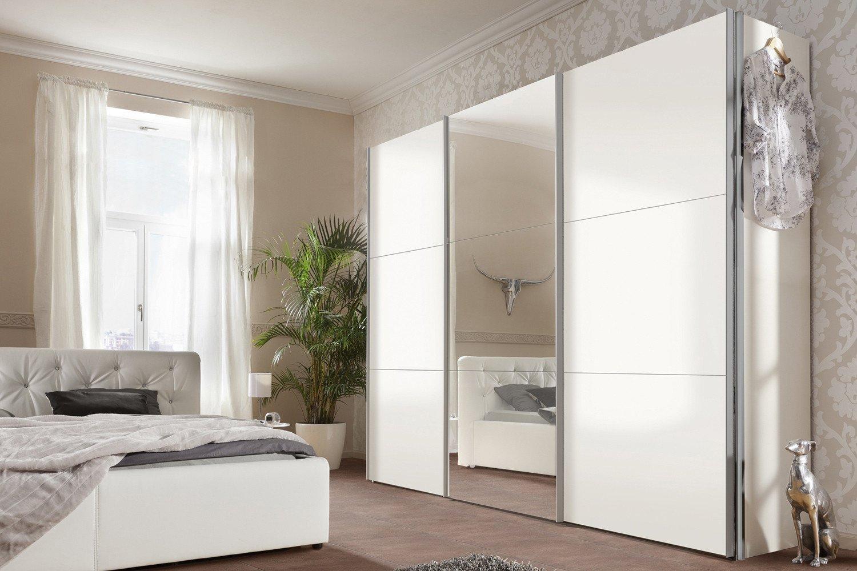 خزانة ملابس بيضاء في غرفة النوم