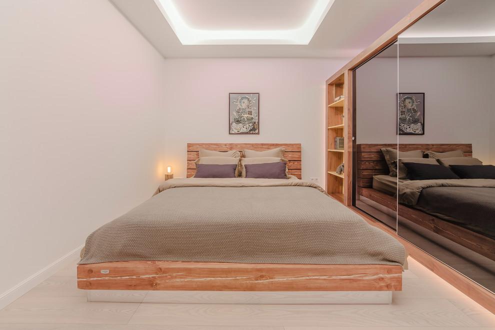 خزانة الملابس في غرفة النوم مع مرآة