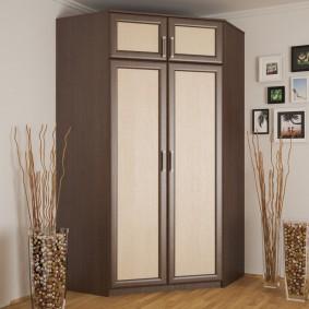 armoire avec portes battantes dans le couloir
