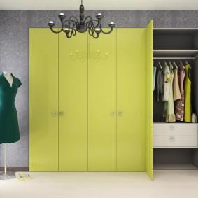 armoire avec portes battantes au décor du couloir