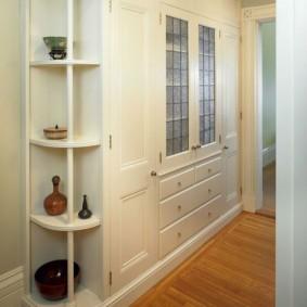 armoire avec portes battantes à la photo de décor de couloir
