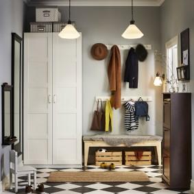 armoire avec portes battantes sur le décor photo du couloir