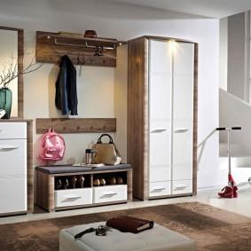 armoire avec portes battantes aux idées de décoration de couloir