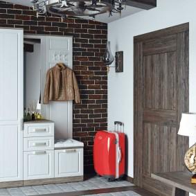 armoire avec portes battantes à l'intérieur du couloir