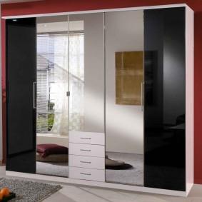 armoire avec portes battantes à l'intérieur photo couloir