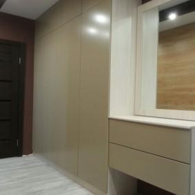 armoire avec portes battantes à l'entrée