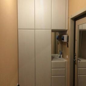 armoire avec portes battantes vers le hall
