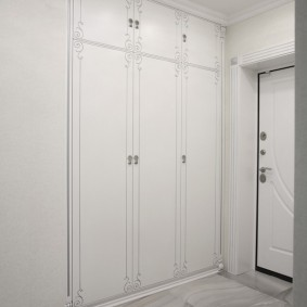 armoire avec portes battantes dans le hall d'entrée