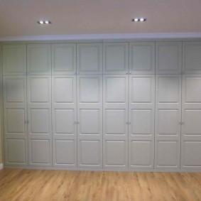 armoire avec portes battantes aux idées de conception de couloir