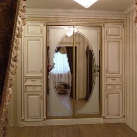 armoire avec portes battantes dans les options d'idées de couloir