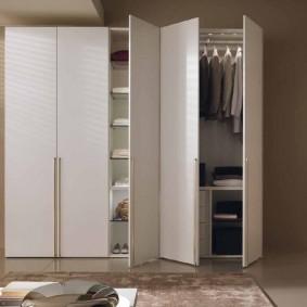armoire avec portes à charnières dans le couloir vues photo