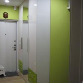 armoire avec portes battantes vers le hall d'entrée