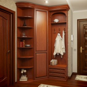 armoire avec portes battantes au design du couloir