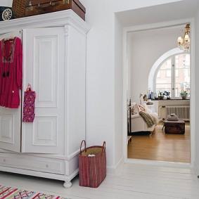 armoire avec portes à charnières au design photo du couloir