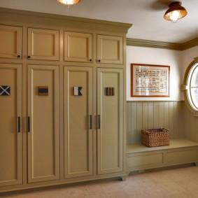 armoire avec portes battantes sur la photo de conception du couloir